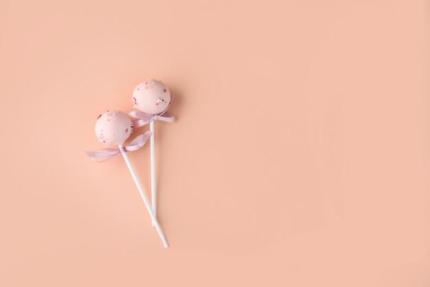 De samenstelling van cake springt op een lichte achtergrond met een andere room. dessert op een stokje.