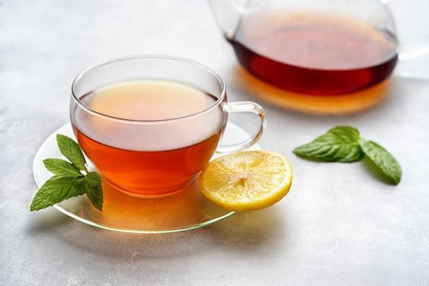 De samenstelling van de glaskop thee en van de ketel