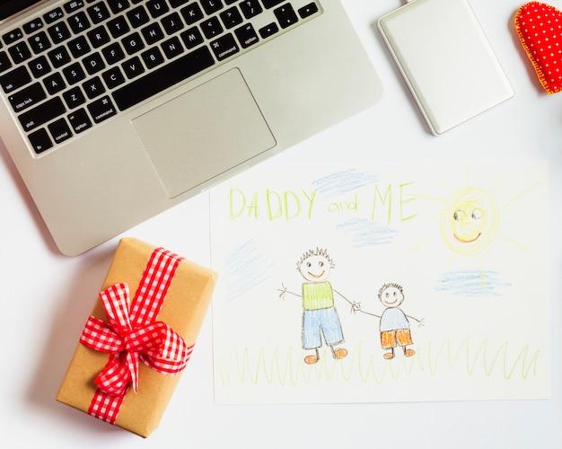 De samenstelling van de vadersdag met laptop en leuke tekening
