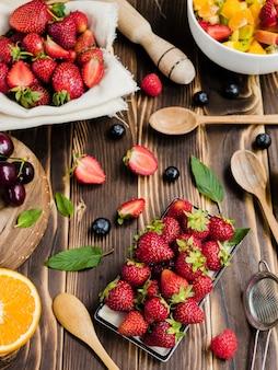 De samenstelling van de zomer met heerlijke bessen op tafel
