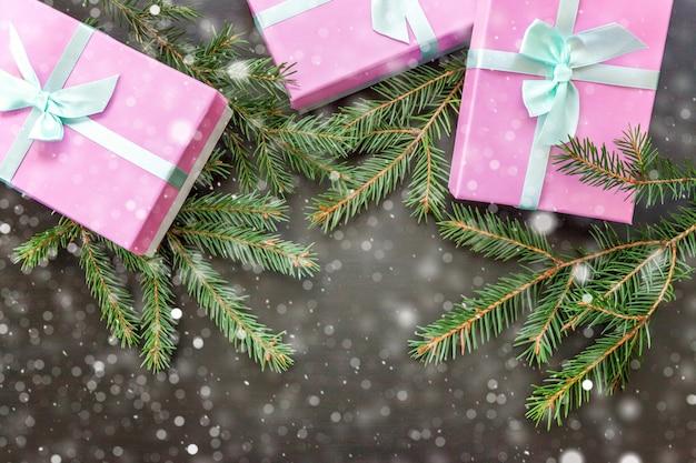 De samenstelling van het kerstmisnieuwjaar op donkere zwarte houten achtergrond