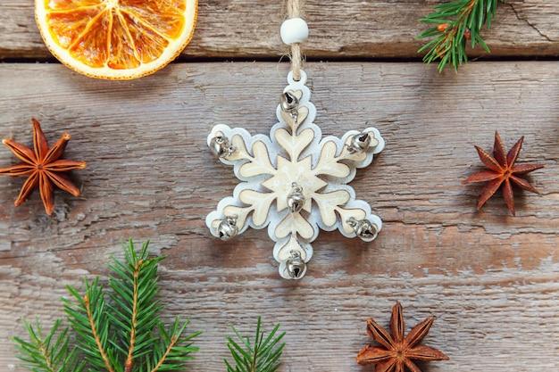 De samenstelling van het kerstmisnieuwjaar op oude sjofele rustieke houten achtergrond