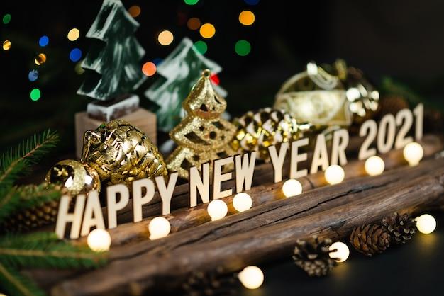 De samenstelling van het nieuwe jaar 2021 op een houten pagina