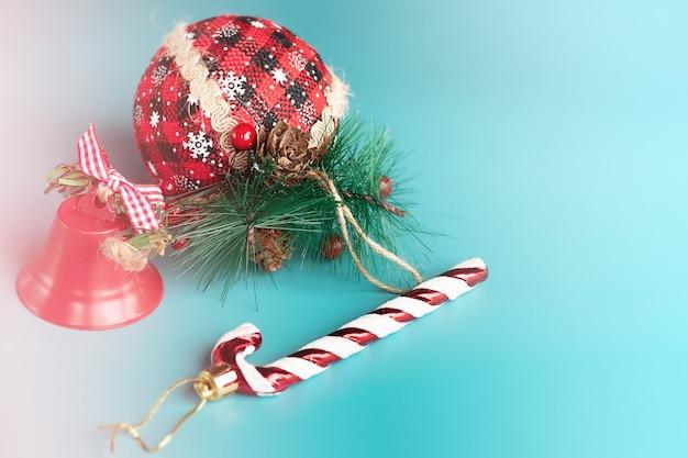 De samenstelling van het nieuwe jaar bestaat uit drie speelgoed op kerstboom op een blauwe achtergrond. kerstmis