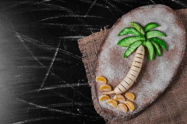 De samenstelling van het palmboomfruit op houten schotel.