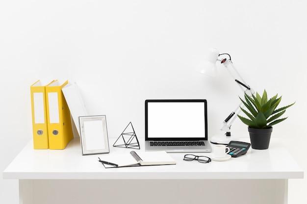 De samenstelling van het vooraanzichtbureau met laptop