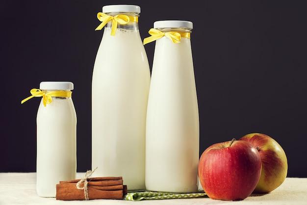 De samenstelling van melk, fruit en kaneel.