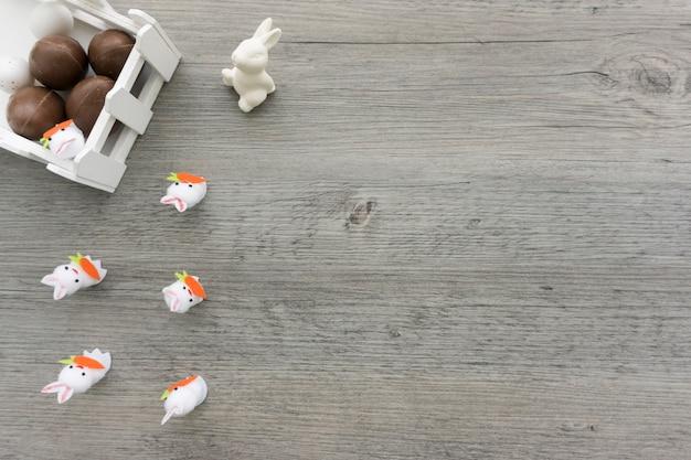 De samenstelling van pasen met chocolade-eieren en konijnen