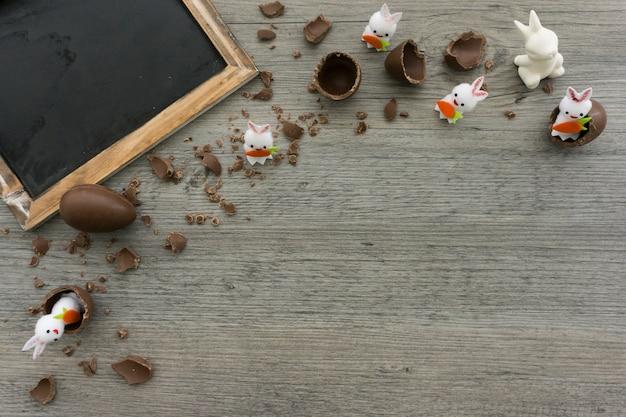 De samenstelling van pasen met een schone lei en chocolade-eieren