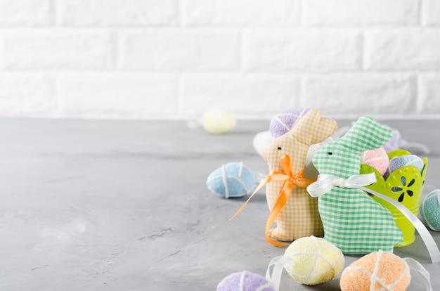 De samenstelling van pasen met konijntjes, eieren en tulpen.