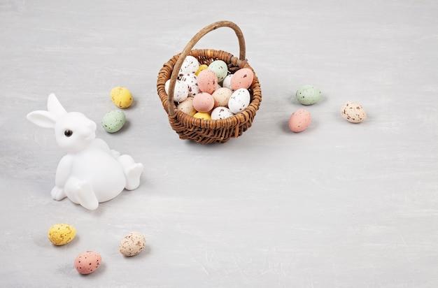 De samenstelling van pasen met konijntjes en eieren