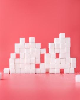 De samenstelling van witte suikerklontjes op rood