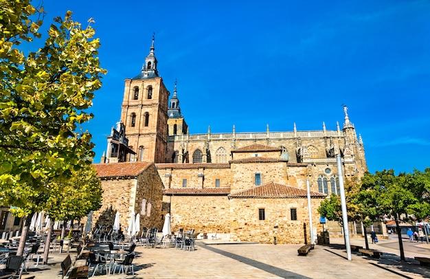 De santa maria kathedraal van astorga in spanje aan de camino de santiago