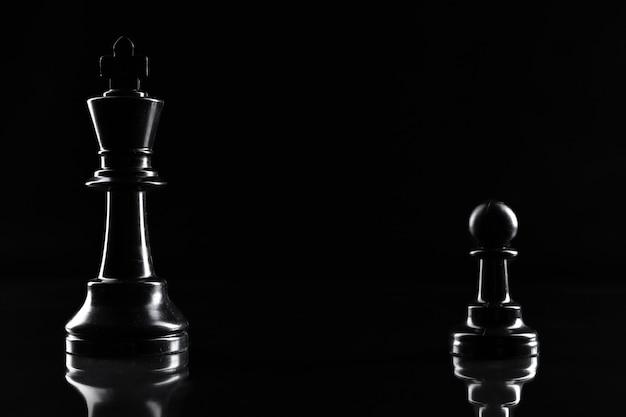 De schaakcijfers aangaande donkere zwarte achtergrond sluiten omhoog