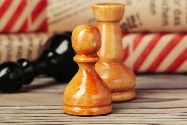 De schaakcijfers op bruine woden lijstachtergrond