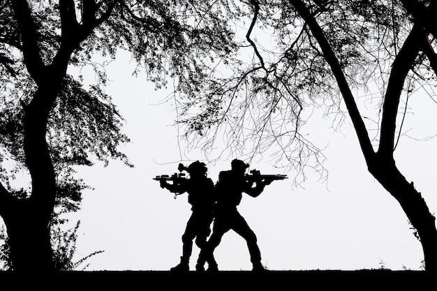 De schaduw van een soldaat die op het slagveld vecht