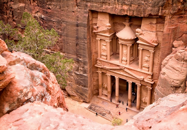 De schatkist. oude stad petra uitgehouwen uit de rots, jordanië