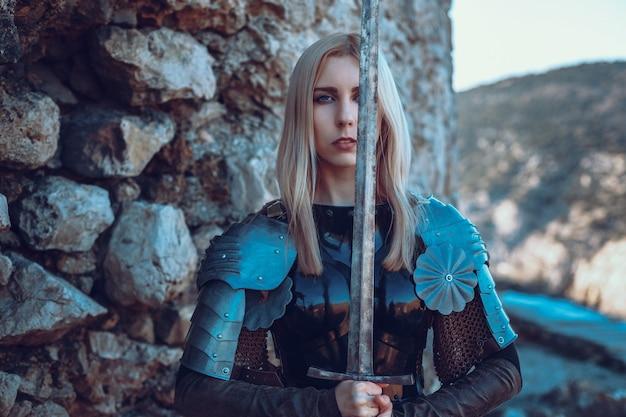 De schattige vrouwelijke krijger die met zwaard aanvalt
