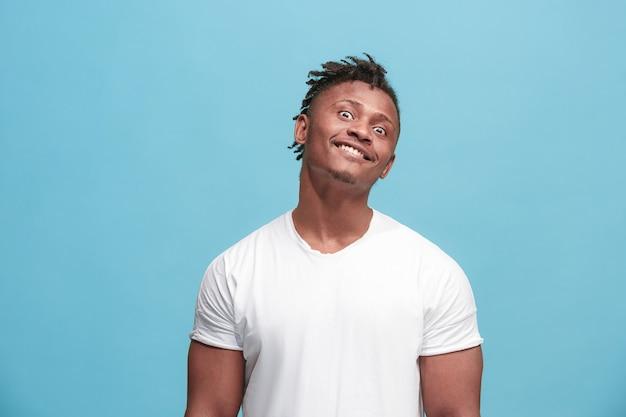 De scheel ogen afro-amerikaanse man met rare uitdrukking geïsoleerd op blauw