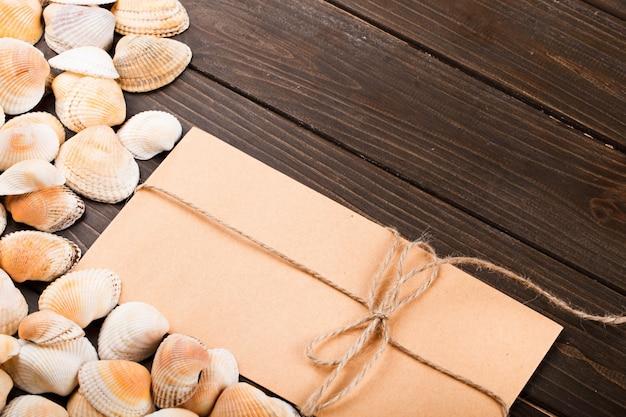 De schelpen en het cadeau staan op de tafel