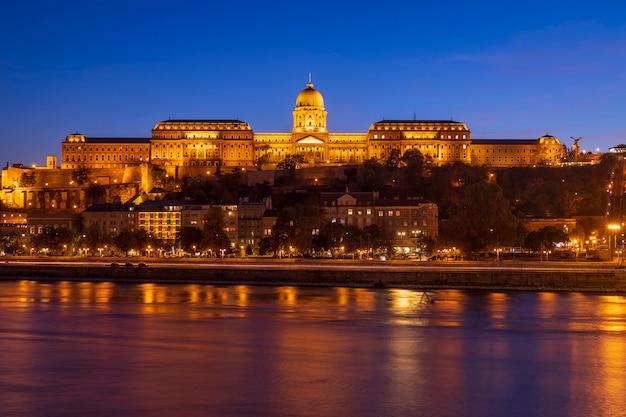 De schemeringmening van royal palace en van donau in de stad van boedapest, hongarije