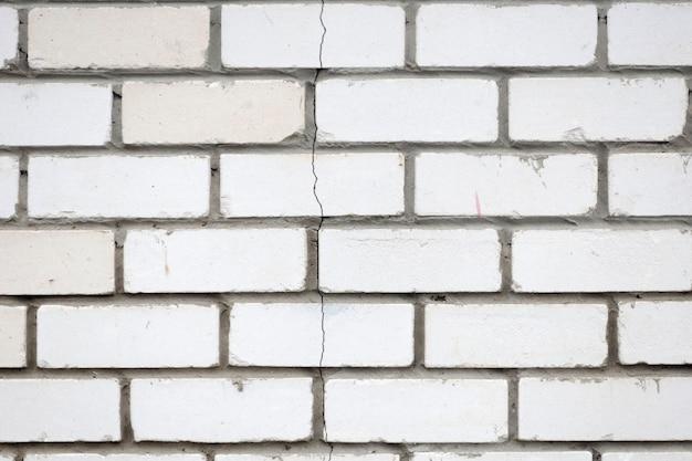 De scheur in de bakstenen muur. steen