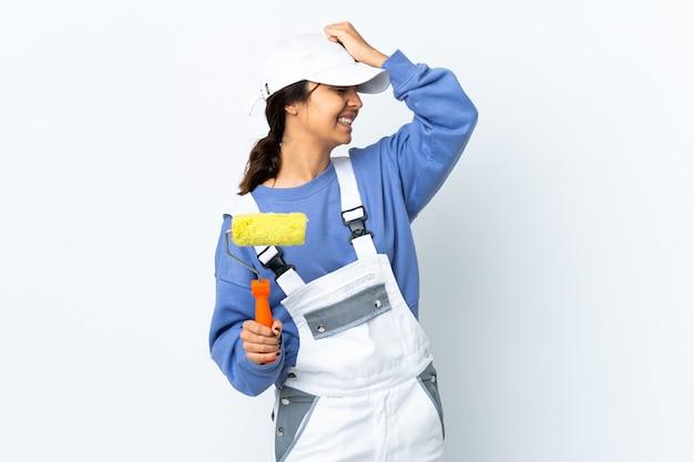 De schildervrouw over geïsoleerde witte achtergrond heeft iets gerealiseerd en de oplossing beoogd