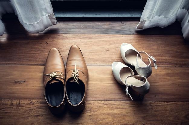 De schoen van huwelijksmensen en waman schoen op de dag van de huwelijksceremonie
