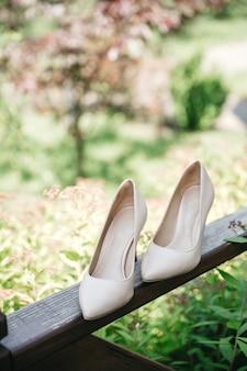 De schoenen van de bruid staan op het balkon