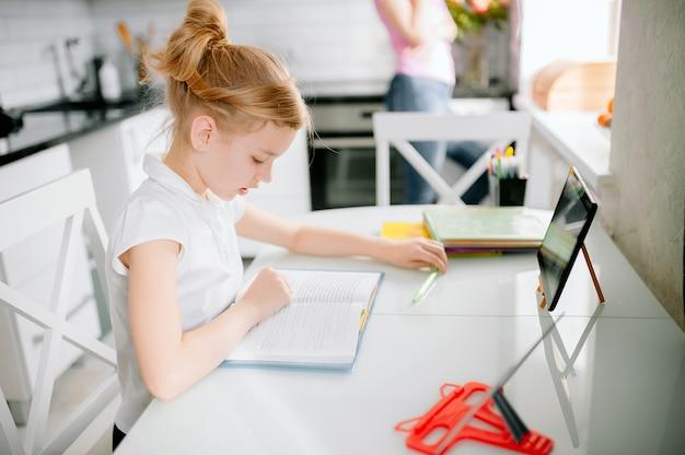 De scholier van het tienermeisje draagt hoofdtelefoonconferentie die online studerend met verre privé-leraar van huis roepen. tiener student met behulp van laptop praten in webcam videochat les leren met afstand leraar.