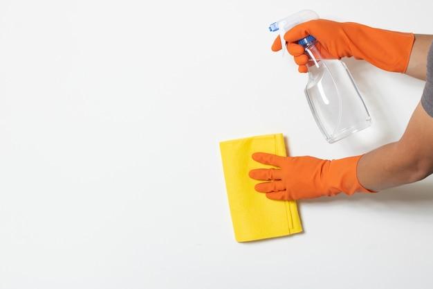 De schone oplossing van het ontsmettingsmiddel beschermt virusbacteriën covid-19 besmettingsarbeider die de exemplaar-ruimte witte achtergrond van de chemicushandschoen dragen