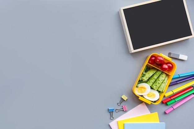 De school levert kantoorbehoeften op grijze achtergrond