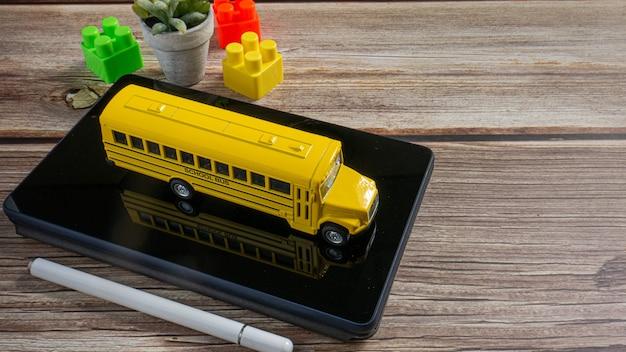 De schoolbus op tablet voor onderwijs of e-leerconcept