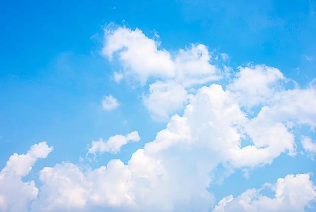 De schoonheid van de hemel met wolken en de zon.