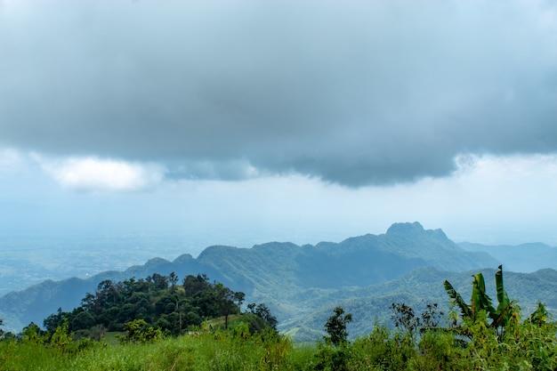 De schoonheid van de hemel wanneer licht de wolken en de berg raakt.
