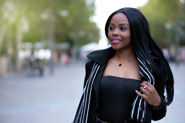 De schoonheid van een vrouw met afro-amerikaanse eigenschappen