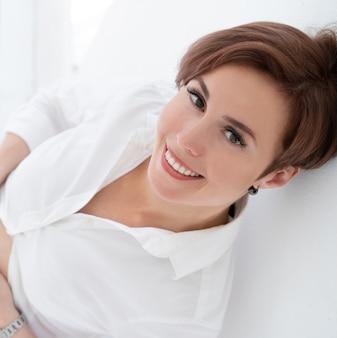 De schoonheid zwangere vrouw glimlacht gelukkig dicht omhoog