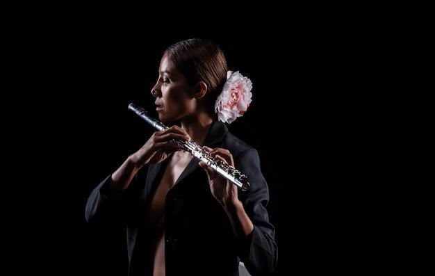 De schoonheidsvrouw die fluit in handen houdt