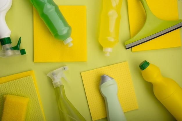 De schoonmakende vlakte van de hulpmiddelensamenstelling lag op gele achtergrond