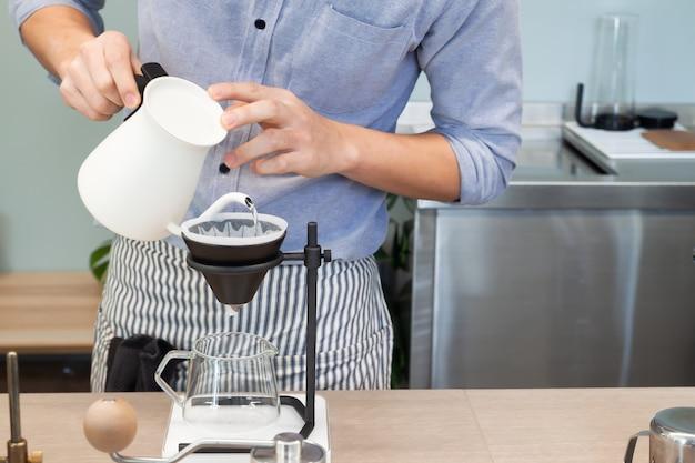 De schort van de koffieschep brouwt cafetaria van de koffie gietend concept