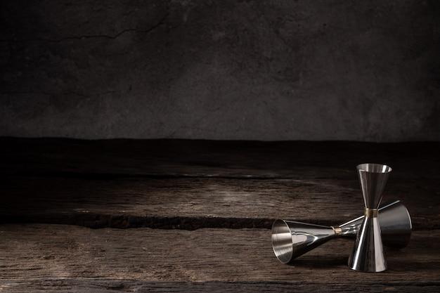 De schudbekerzeef van het barmanmateriaal jigger op hout met exemplaarruimte