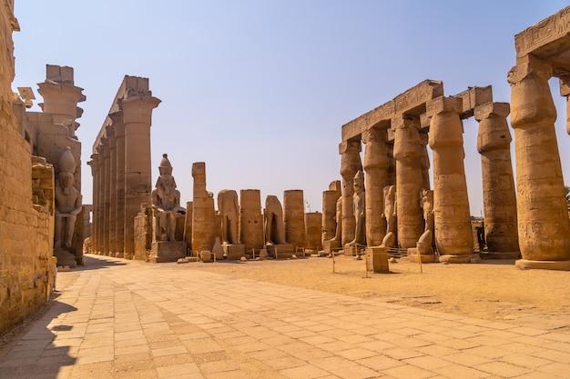 De sculpturen van farao's en oude egyptische tekeningen op de zuilen van de luxortempel