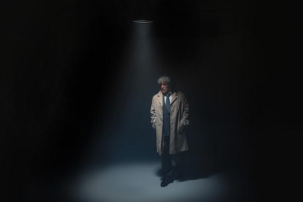 De senior man als detective of baas van de maffia
