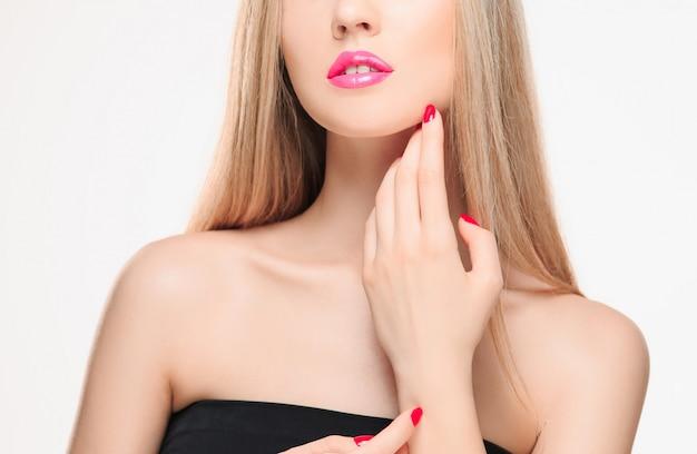 De sensuele rode lippen, open mond, witte tanden.