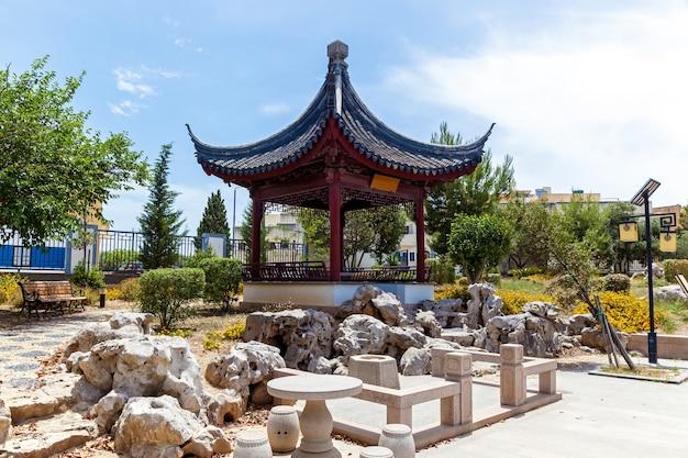 De serenity garden is een traditionele chinese architectuur in malta, santa lucija.