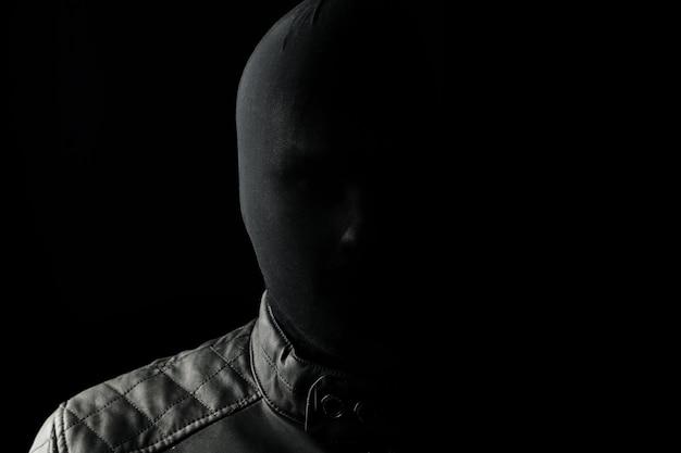De seriemoordenaar, een maniak met een zwarte chuolkom op zijn hoofd