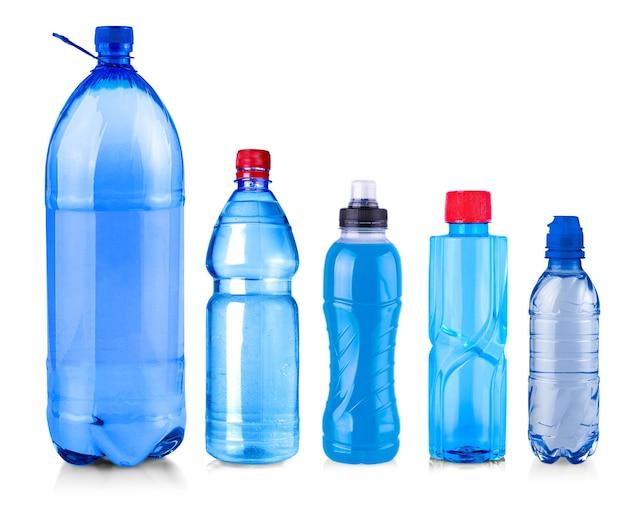 De set van flessen water geïsoleerd op een witte achtergrond