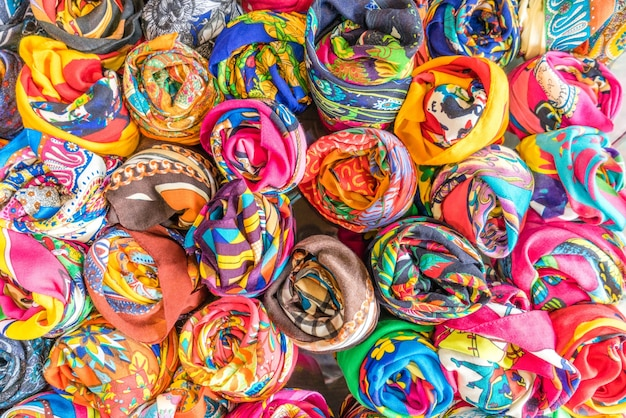 De set zijden sjaals is opgevouwen als een roos