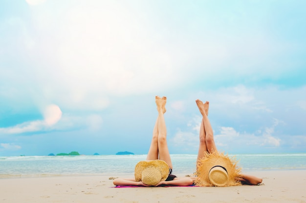 De sexy vakantie van de vrouwenvrijheid ontspant op het strand geniet van met warm licht