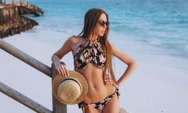 De sexy vrouw zwemt binnen slijtage door de oceaan